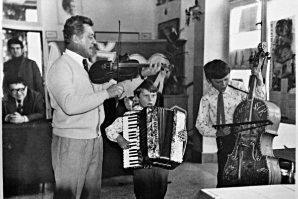 Sprava Peter, Pavol a Alojz Cabadajovci, vzadu predseda MNV Terchová Stanislav Hanuliak a učiteľ Jozef Macák (chodba ZDŠ v Terchovej – Struhárni, 1978)