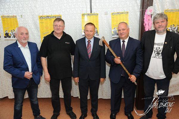 organizátori Jánošikových dní s Jánošíkovou valaškou